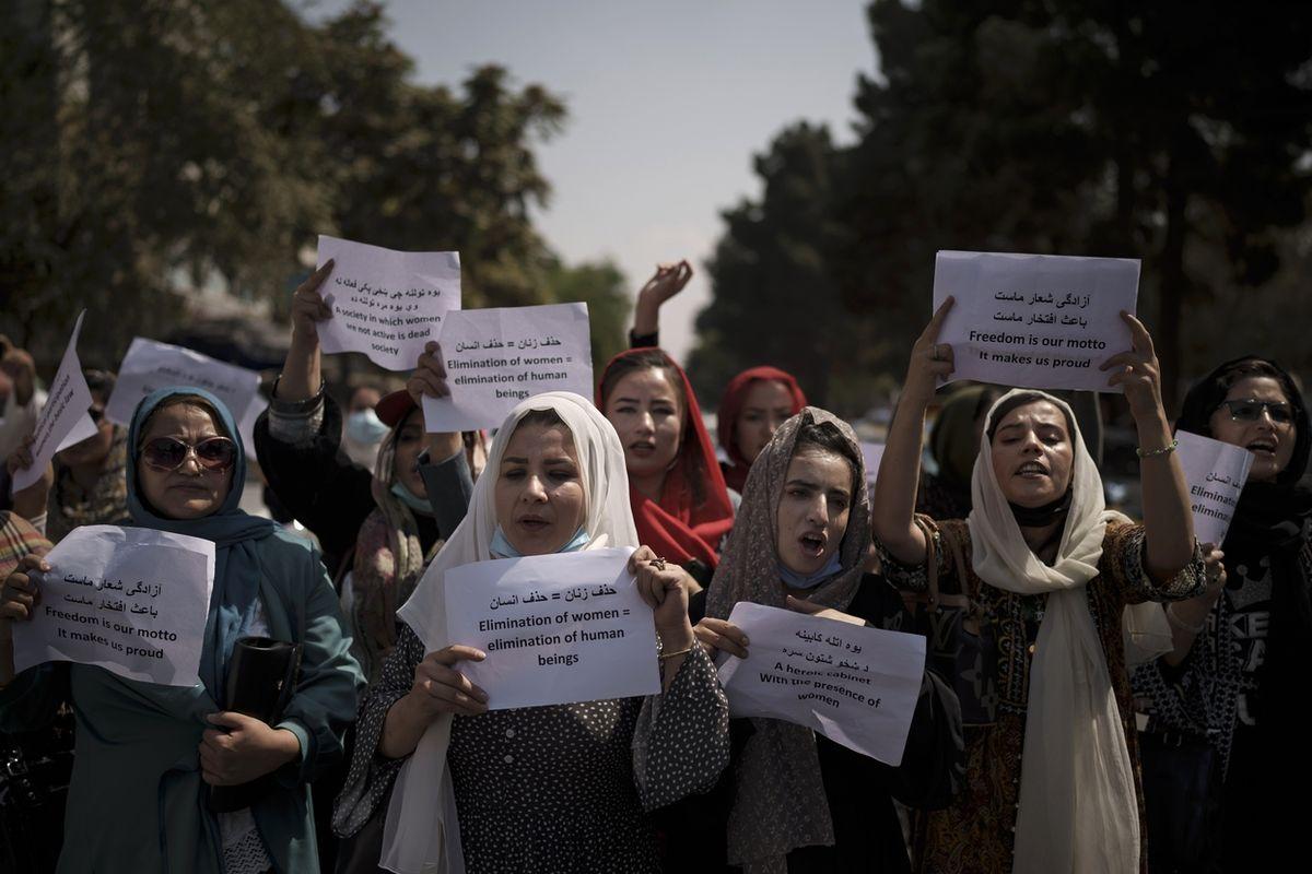 Afghánské ženy demonstrují u končícího ministerstva pro ženské otázky.