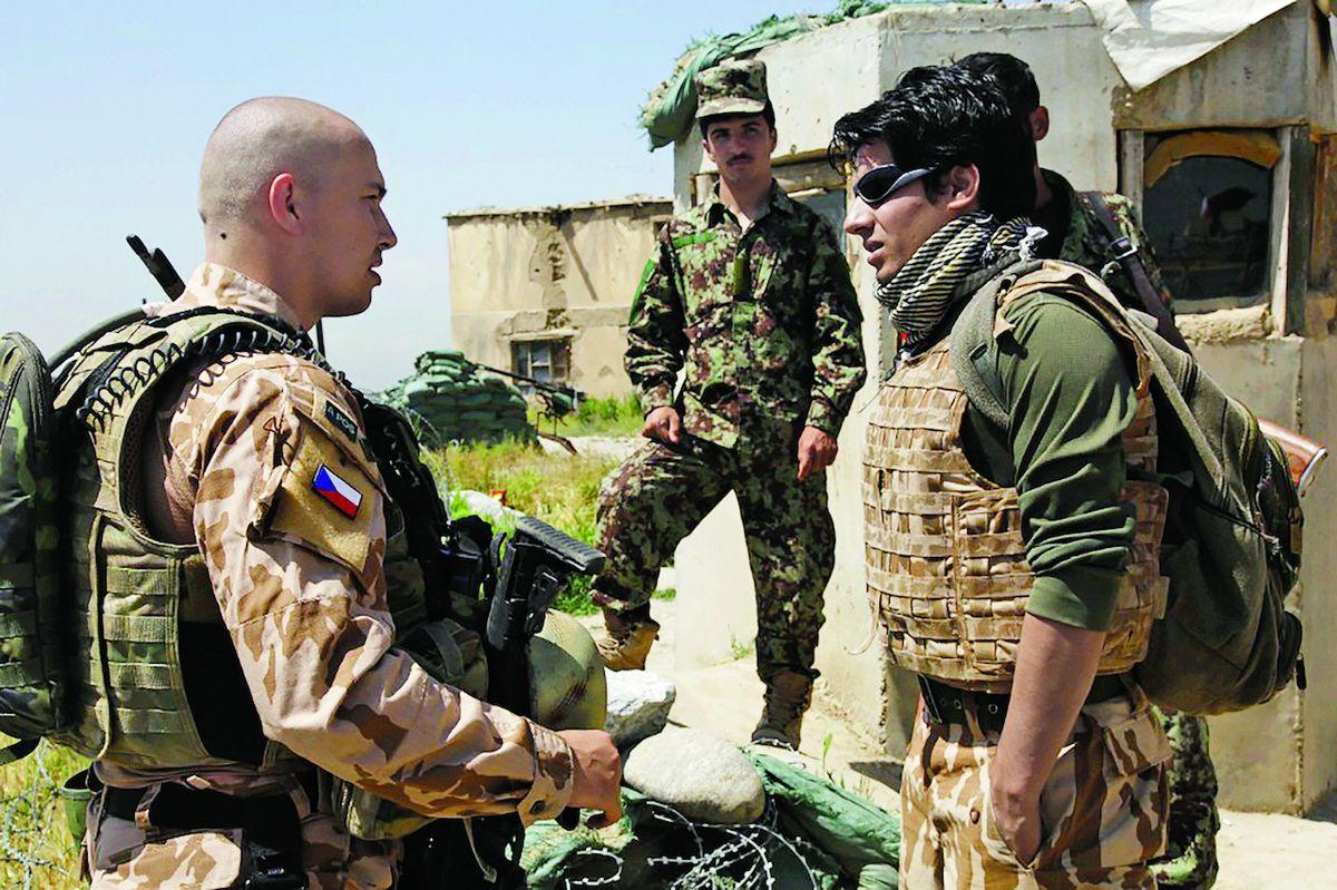 Při patrolách využíval Martin Konvalinka (vlevo) i služeb afghánských tlumočníků.