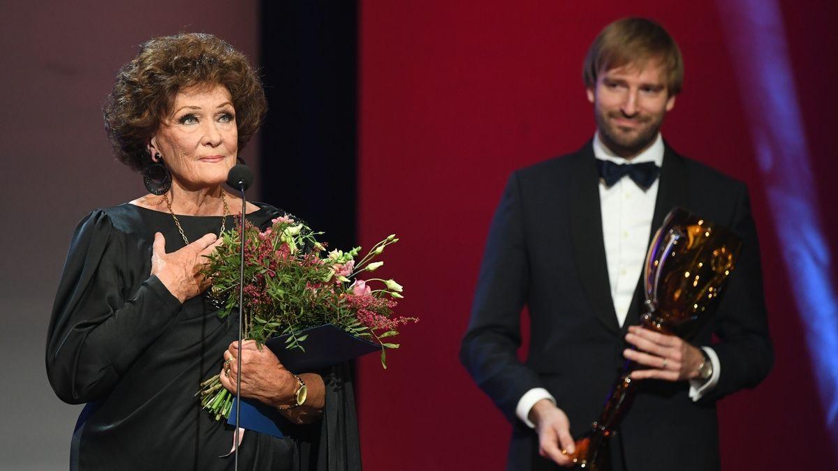 Cenu za celoživotní mistrovství v kategorii opera převzala Eva Randová z rukou bývalého ministra kultury a zdravotnictví Adama Vojtěcha.
