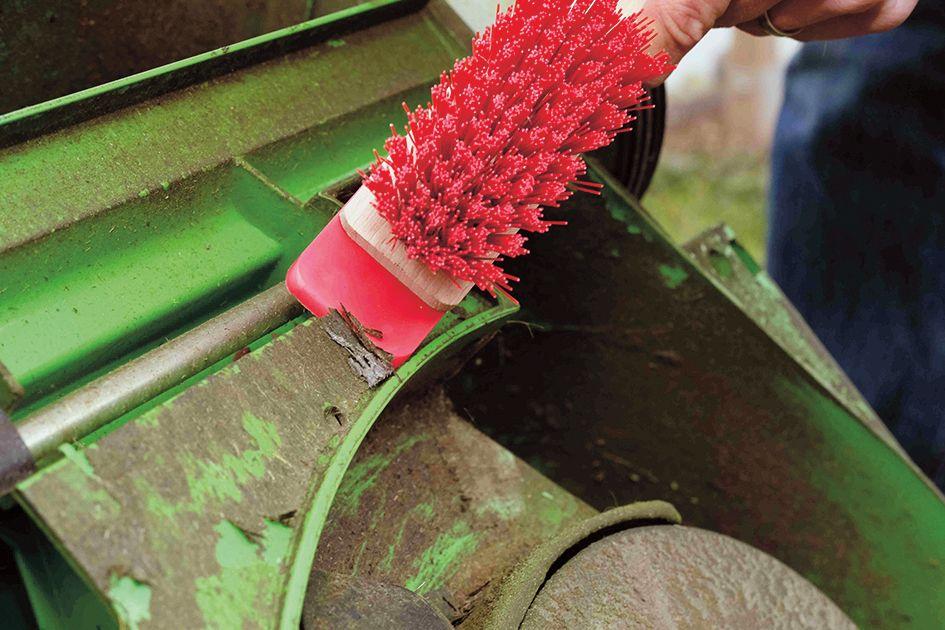 Pro odstranění zbytků trávy na šasi a noži po sečení trávníku použijte kartáč na čištění sekaček. Díky škrabce se snadno dostanete i na hůře dostupná místa.