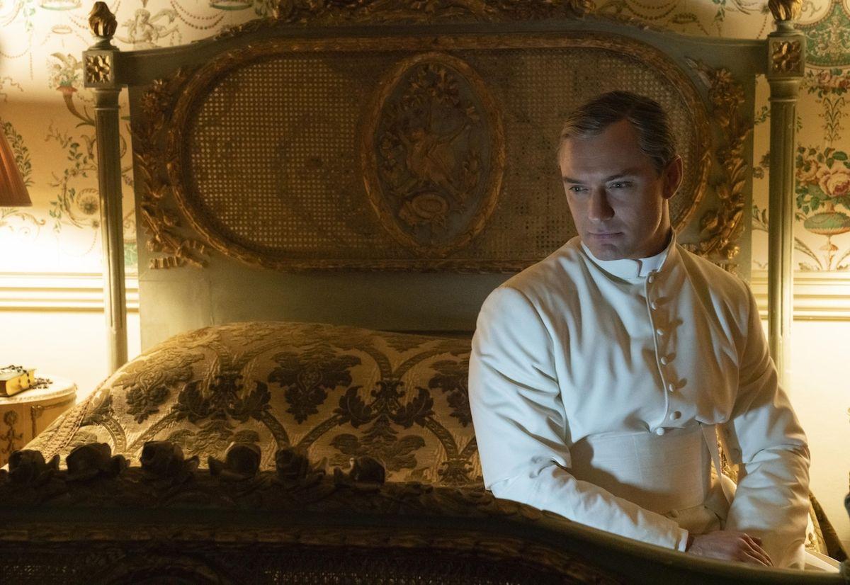 Jako hlava katolické církve a komplikovaný intrikán v seriálu Nový papež.