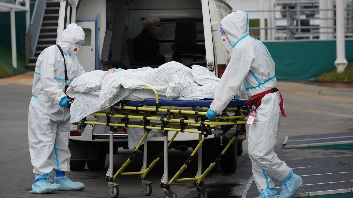 Převoz nakaženého koronavirem do moskevské nemocnice