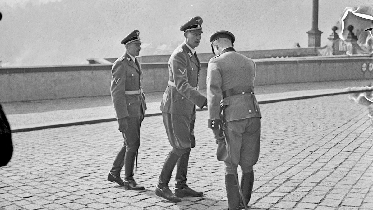 Přivítání Reinharda Heydricha (uprostřed) 28. září 1941 na Hradčanském náměstí.