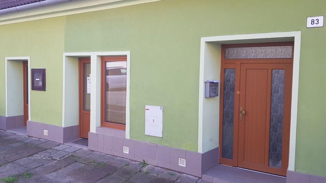 Vchod do domu, kde bylo pobodáno šest lidí.