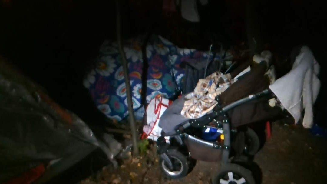 Dvojice byla s dítětem ve stanu.