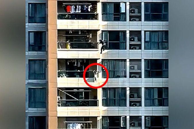 BEZ KOMENTÁŘE: Hasič zachránil čtyřleté dítě visící z balkonu v 10. patře