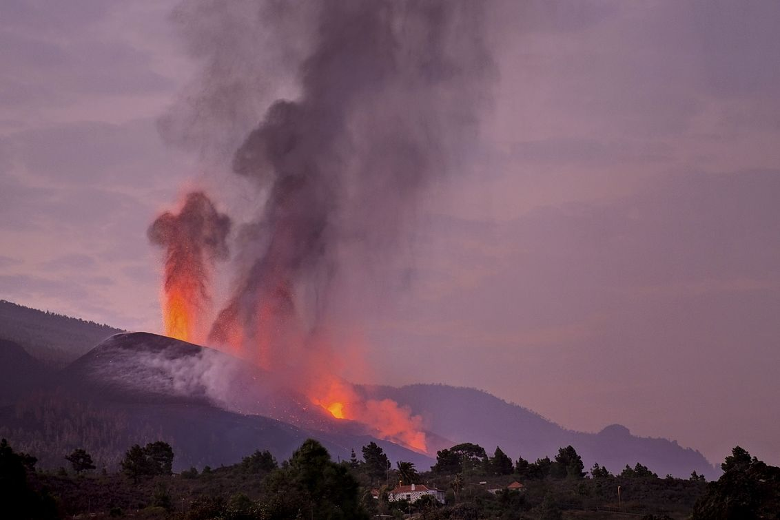 Láva se valila na ostrově La Palma z vulkánu Cumbre Vieja