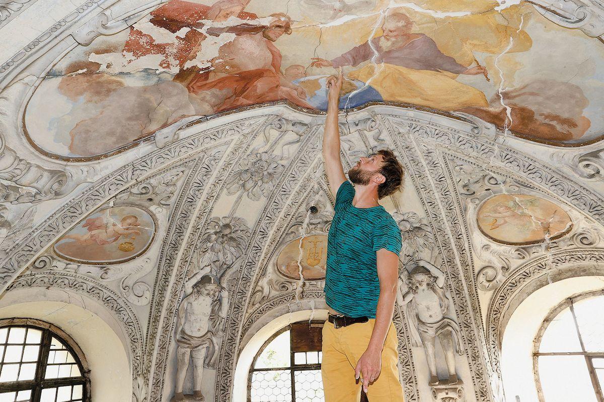 Interiér zanedbaného raně barokního kostela Nejsvětější Trojice čeká na jeho odborný zásah.