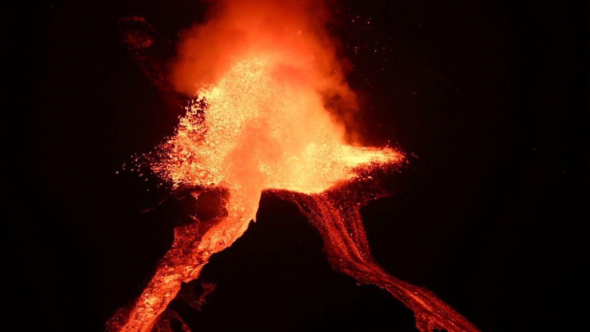 Sopka na La Palmě dál chrlí lávu