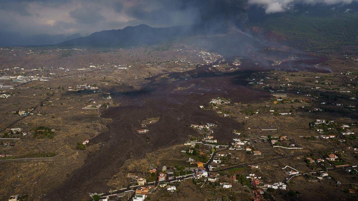 Pohled na lávu vytékající ze sopky Cumbre Vieja z ptačí perspektivy