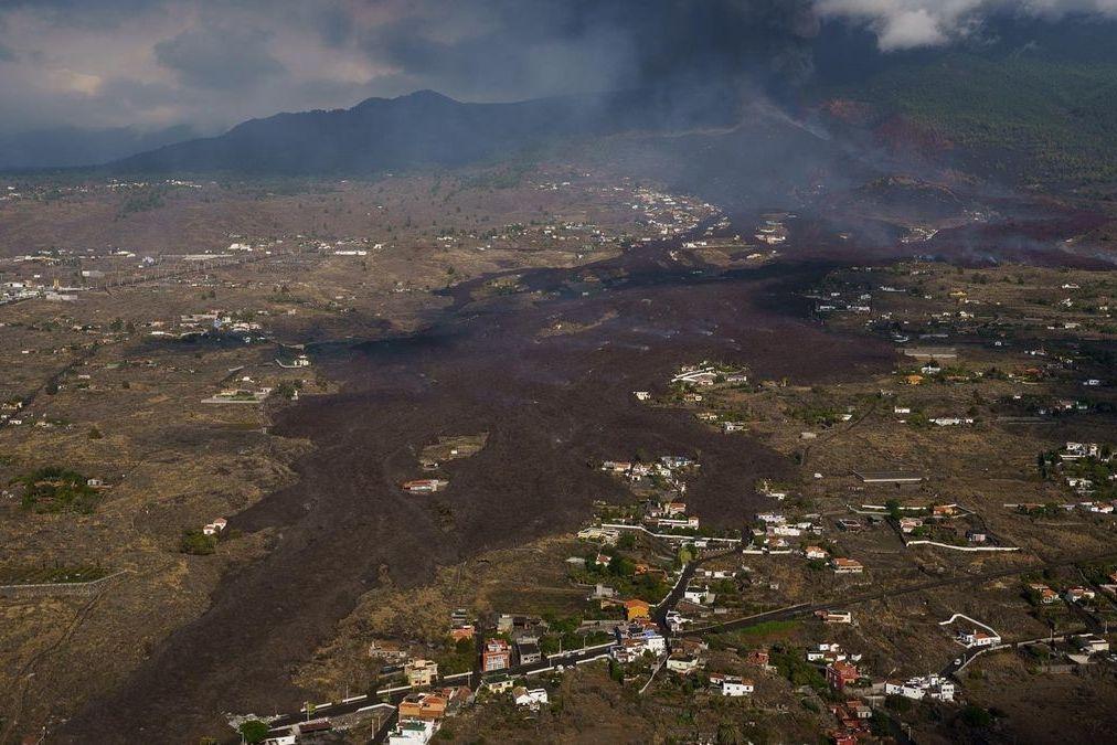 Pohled na lávu vytékající ze sopky Cumbre Vieja z ptačí perspektivy.