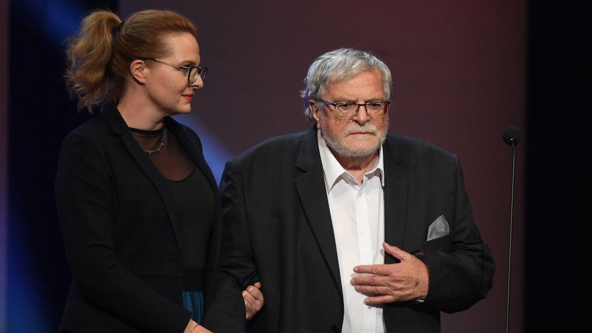 Jednu z cen za celoživotní mistrovství v kategorii činohra převzal herec Jan Kačer. Vlevo je jeho dcera Adéla Kačerová.