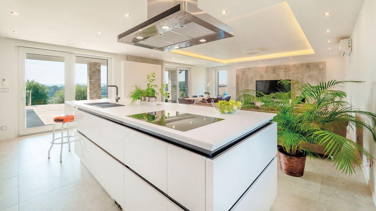 Ostrůvkové kuchyně v prostorné místnosti vyžadují výkonné digestoře.