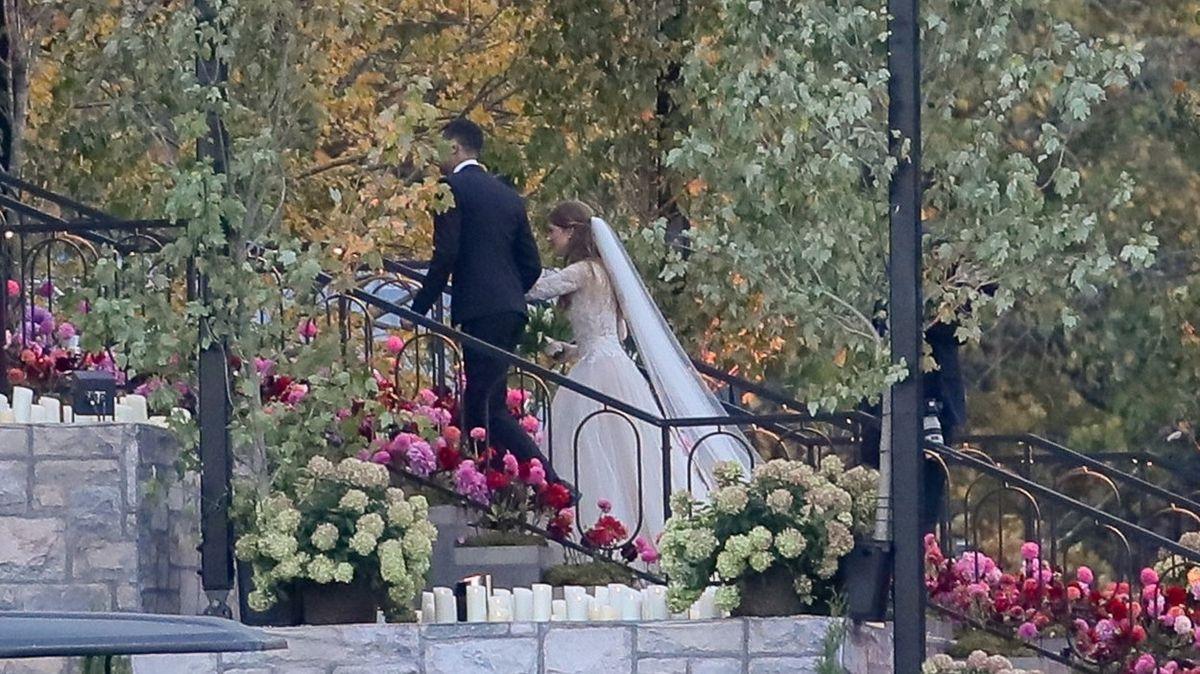 Jak vypadaly svatební šaty dcery Billa Gatese