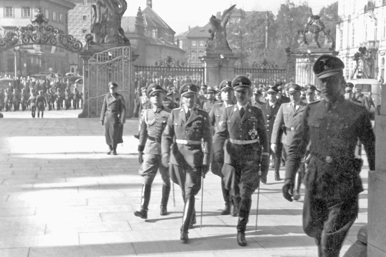 Heydrich (uprostřed) přichází na Pražský hrad. Doprovází ho Karl Hermann Frank (vlevo).