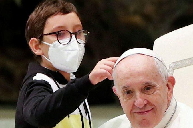 BEZ KOMENTÁŘE: Chlapec přiběhl během audience za papežem na pódium a dožadoval se jeho čapky