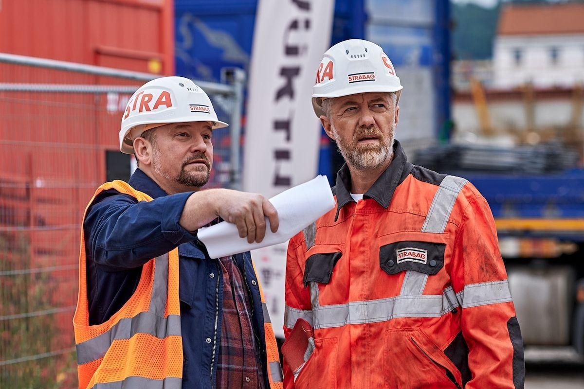 Marek Taclík (vlevo) a Jiří Langmajer jako stavbaři.