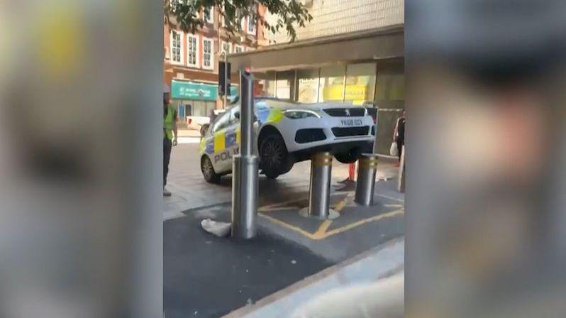 Britští strážníci zaparkovali nad výsuvnými sloupky, auto skončilo ve vzduchu