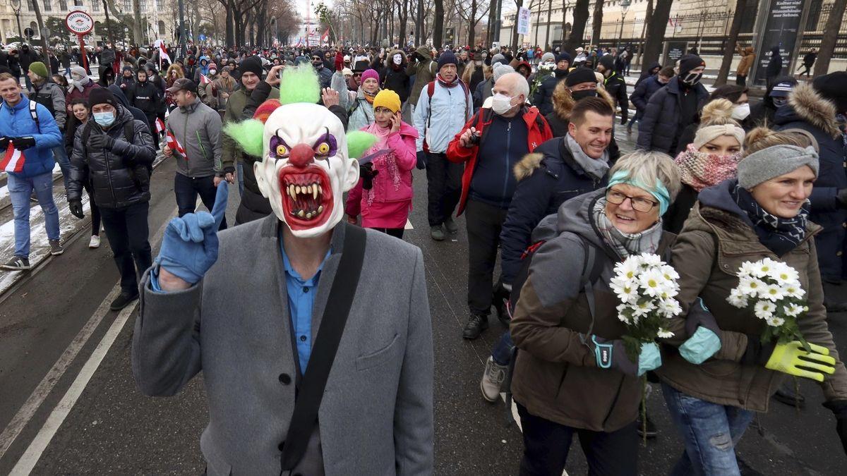Deset tisíc Rakušanů pochodovalo proti vládním opatřením, přišli i nacisti