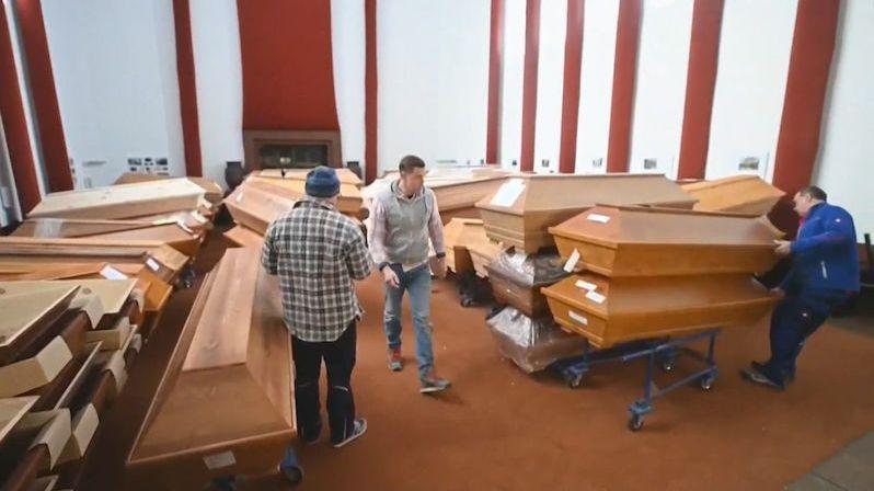 Pohřební služby nemají brigádníky, nosiče rakví tak hledají pozůstalí