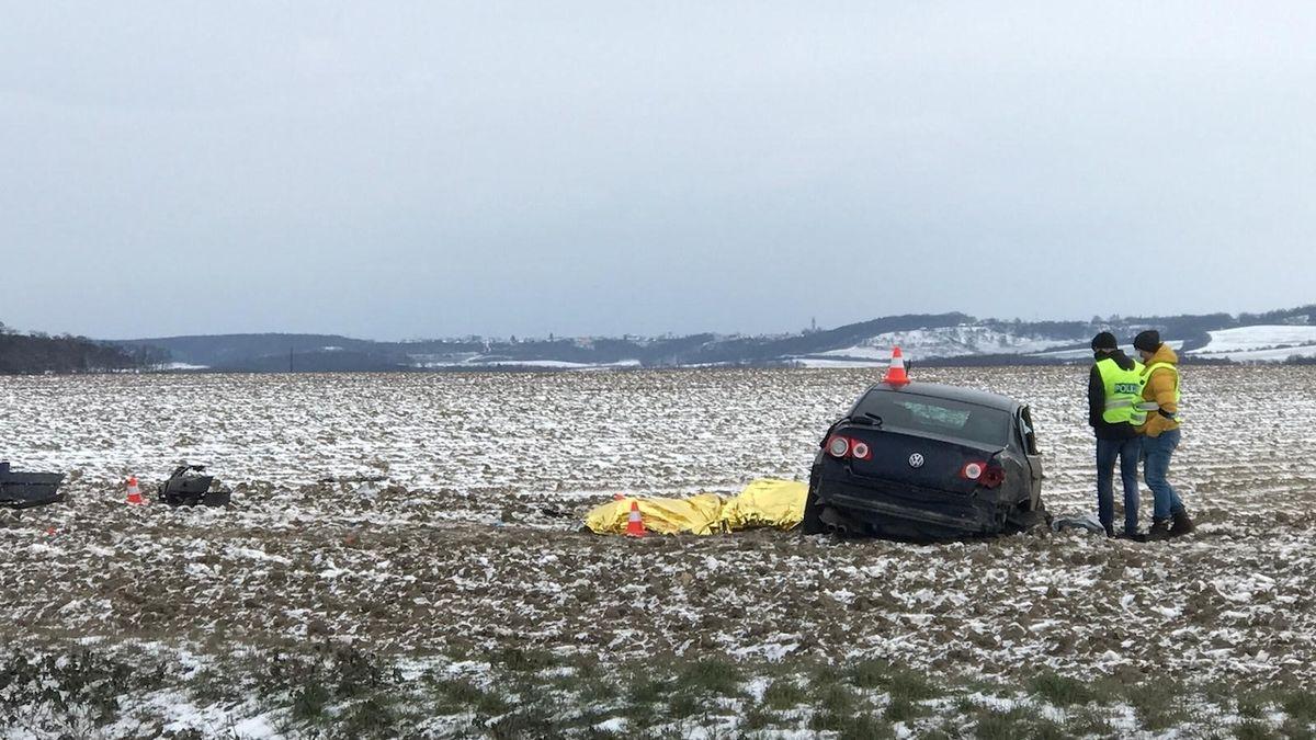 Řidič na D8 ujížděl policii, vylétl s autem ze silnice a zemřel