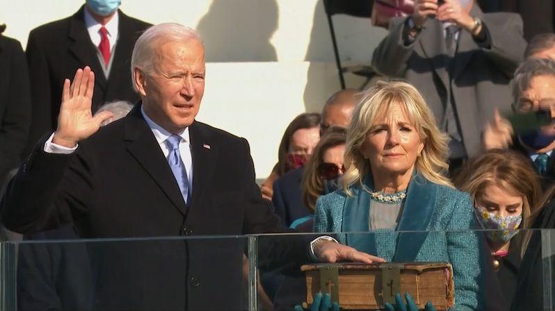 Den Ameriky. Biden v projevu vyzýval k jednotě