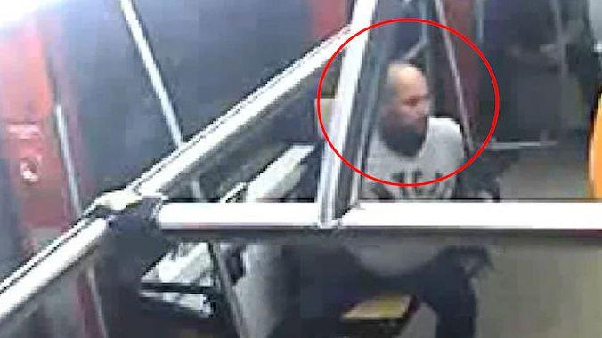 Lupič se po přepadení v Praze převlékal v tramvaji. Roušku si ale zapomněl
