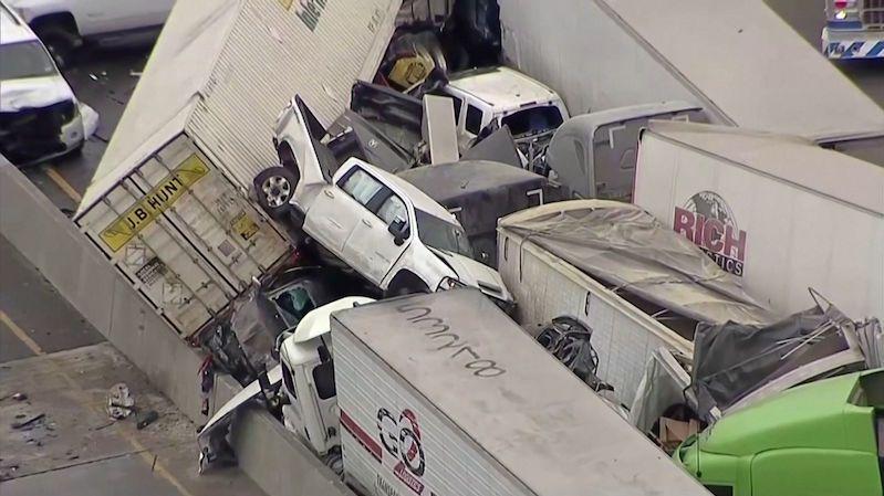 Letecké záběry: Na namrzlé dálnici v Texasu bouralo přes sto aut