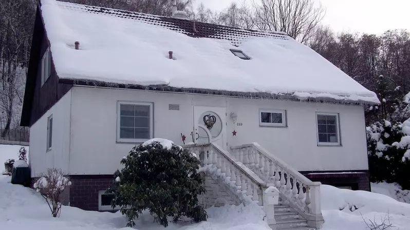 Sníh na šikmé střeše může ohrozit kolemjdoucí i poničit okapy či krytinu