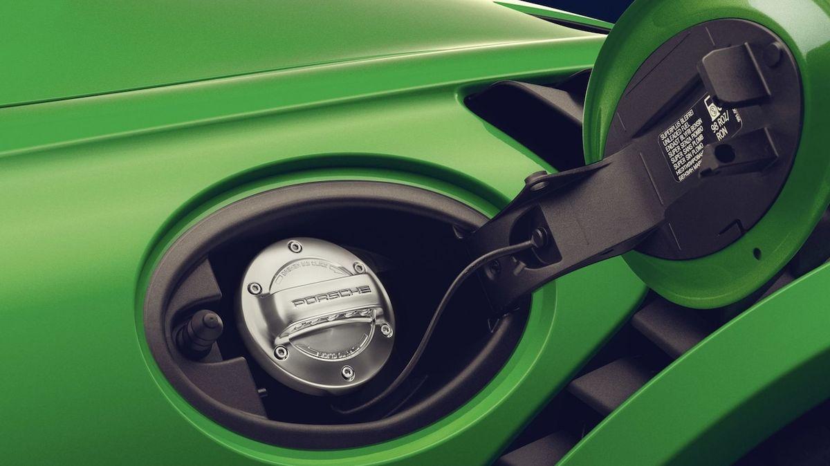 Syntetický benzín Porsche se blíží fázi testování. Může zachránit konvenční auta