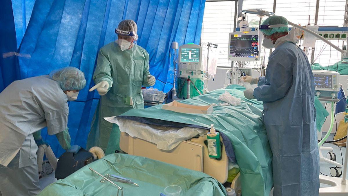 Případů covidu je o 1600 víc než před týdnem, ve vážném stavu 1300 pacientů