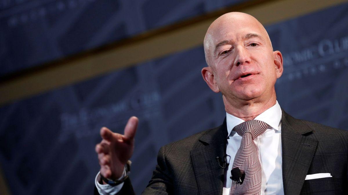 Elon Musk už zase není nejbohatší na světě, na trůn se vrací Jeff Bezos