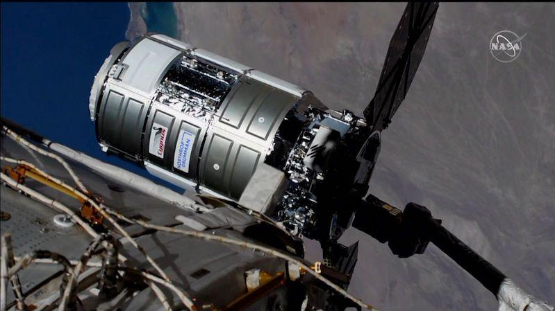 K vesmírné stanici přiletěla Labuť, posádce dovezla nové přístroje, jídlo a červy
