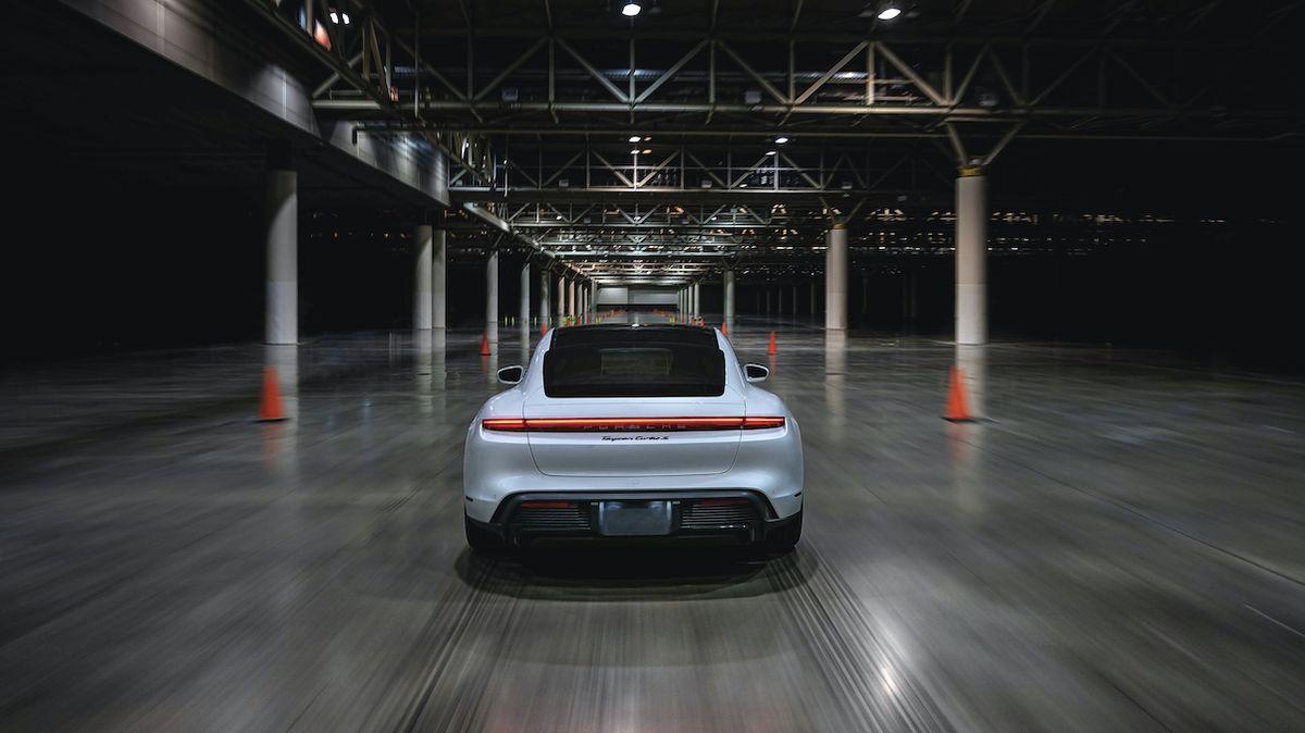 Porsche má rekord, na který se nikdo neptal. Taycan je nejrychlejším autem pod střechou