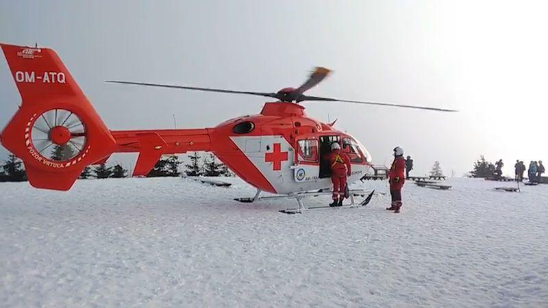 Mladík při sjíždění Lysé hory narazil na větev trčící ze sněhu, polámal si žebra