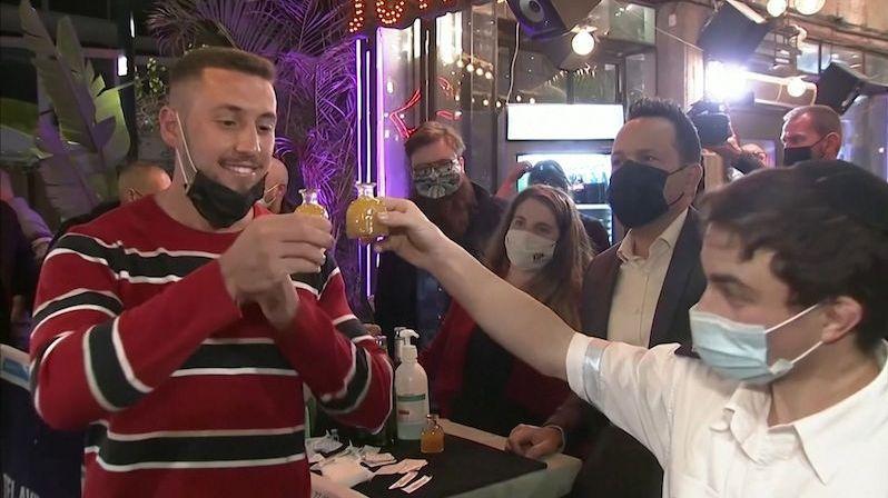Izrael rozvolňuje, očkovaní mohou do baru i divadla