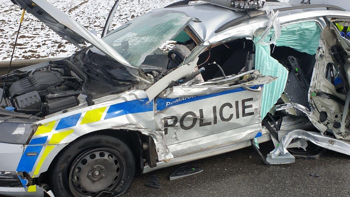 Náklaďák na Třebíčsku sešrotoval o svodidla policejní auto, tři zranění