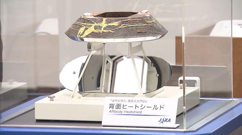 Kapsli sondy Hajabusa, která na Zemi dopravila vzorky z planetky, vystavili v muzeu