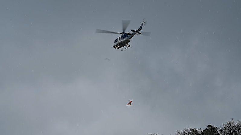 Vrtulník vyletěl k ohlášené mrtvole na skále u Prahy. Našel něco úplně jiného