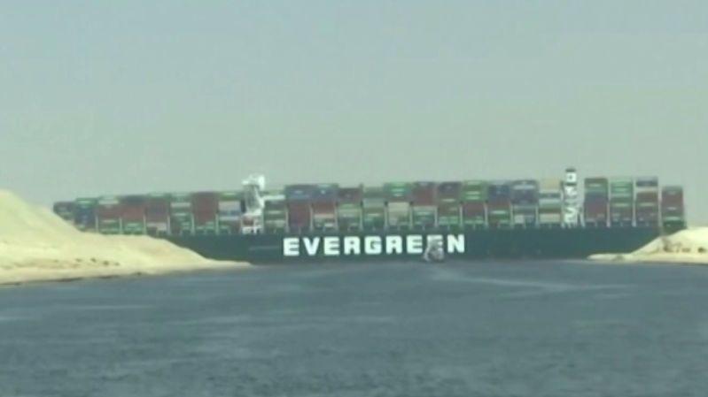 Kolaps v Suezském průplavu. Zablokovala ho zaseknutá obří loď