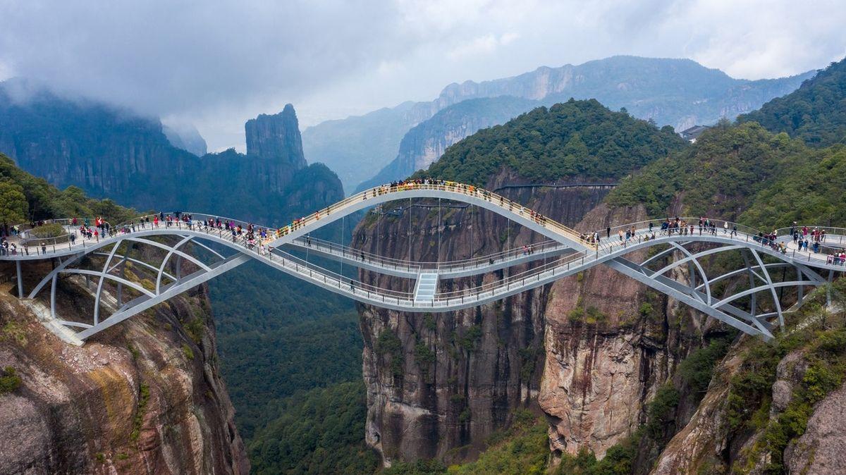 Z dvoupatrového proskleného mostu v Číně se turistům zatočí hlava