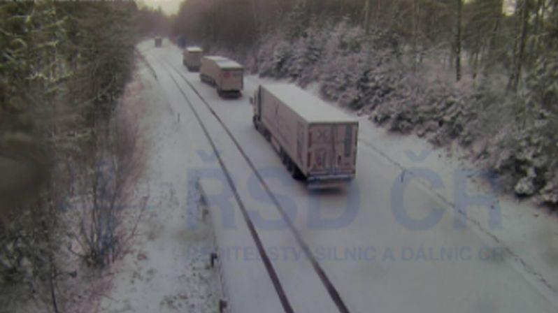 Na Moravě kvůli sněhu kolabuje doprava