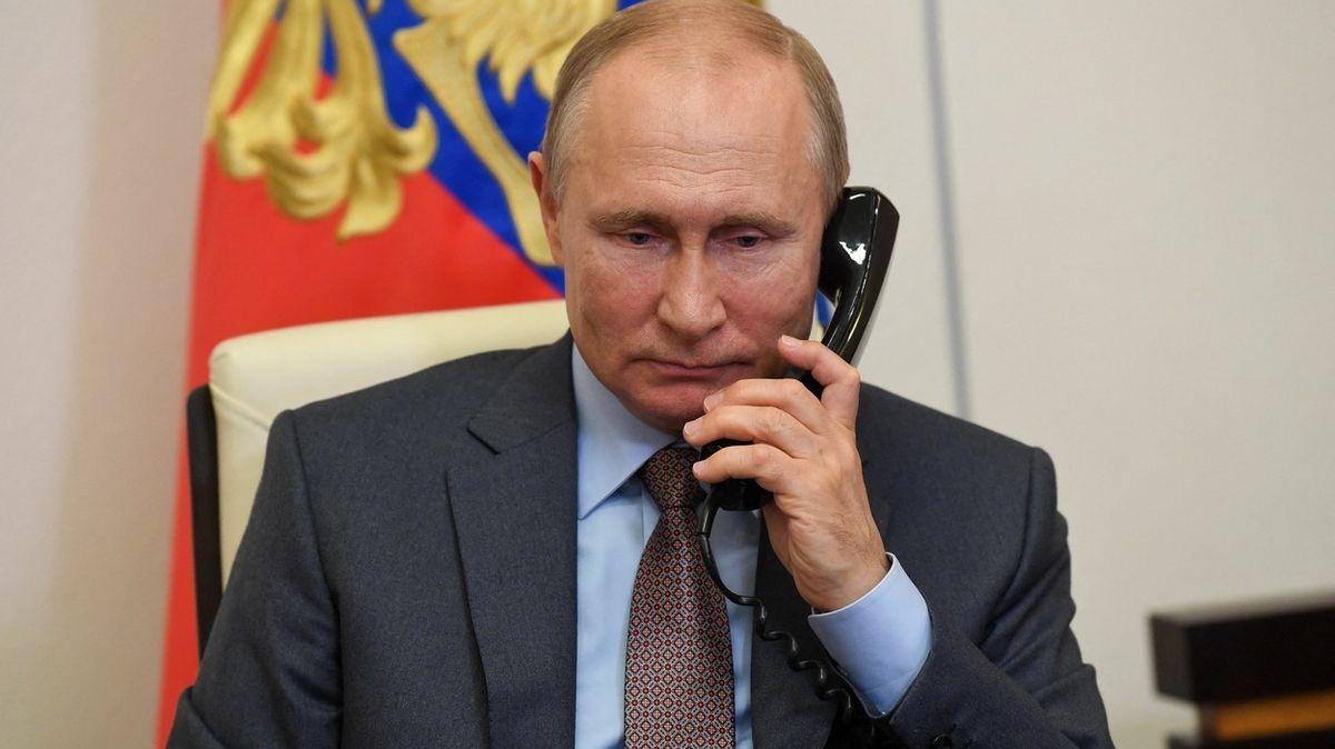 Ukrajina nás provokuje, stěžoval si Putin Merkelové po telefonu