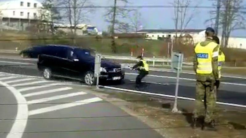Policistu při zastavování nabralo auto na kapotu. Skončil v příkopu