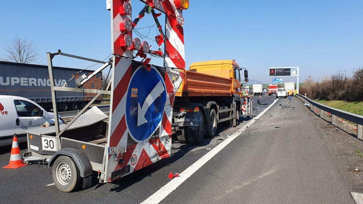 Řidič dodávky nepřežil srážku se servisním autem na dálnici D8 u Litoměřic