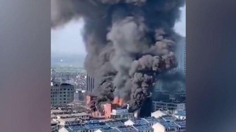 Skleněné peklo v Číně: Nákupní středisko zachvátily plameny