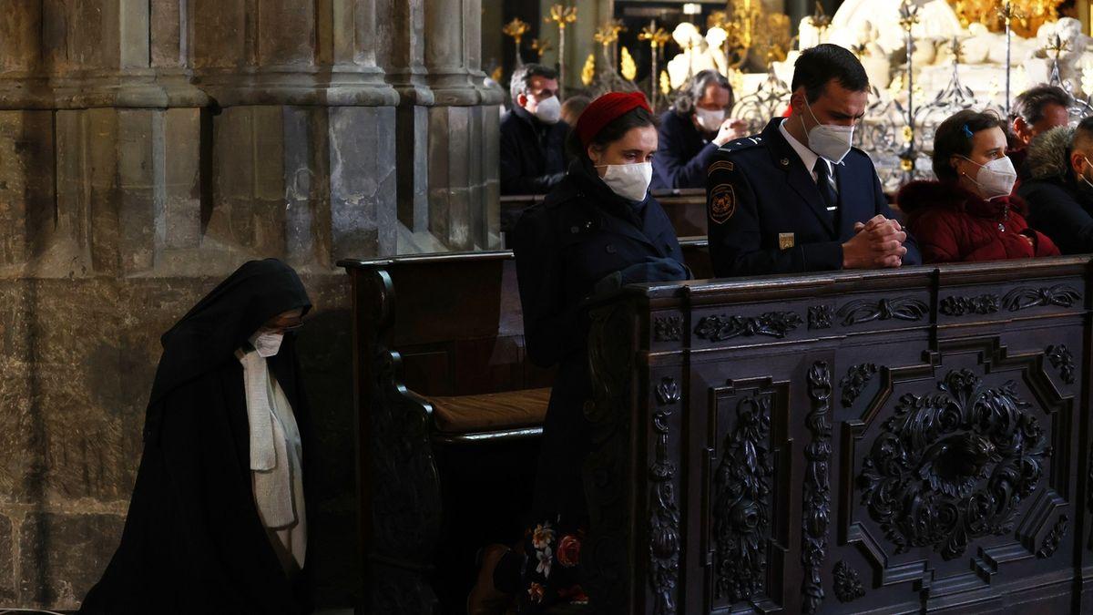 OBRAZEM: Velkopáteční bohoslužba v katedrále sv. Víta