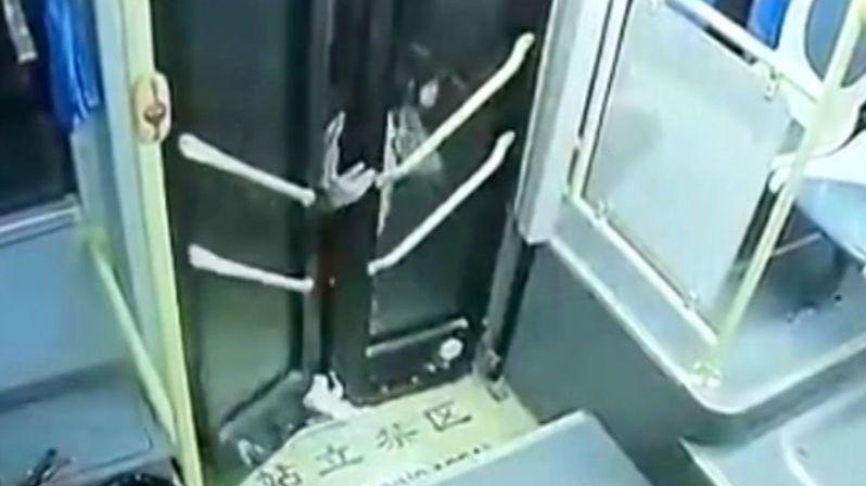 Dívce se zasekla noha ve dveřích autobusu, táhl ji za sebou 20 sekund