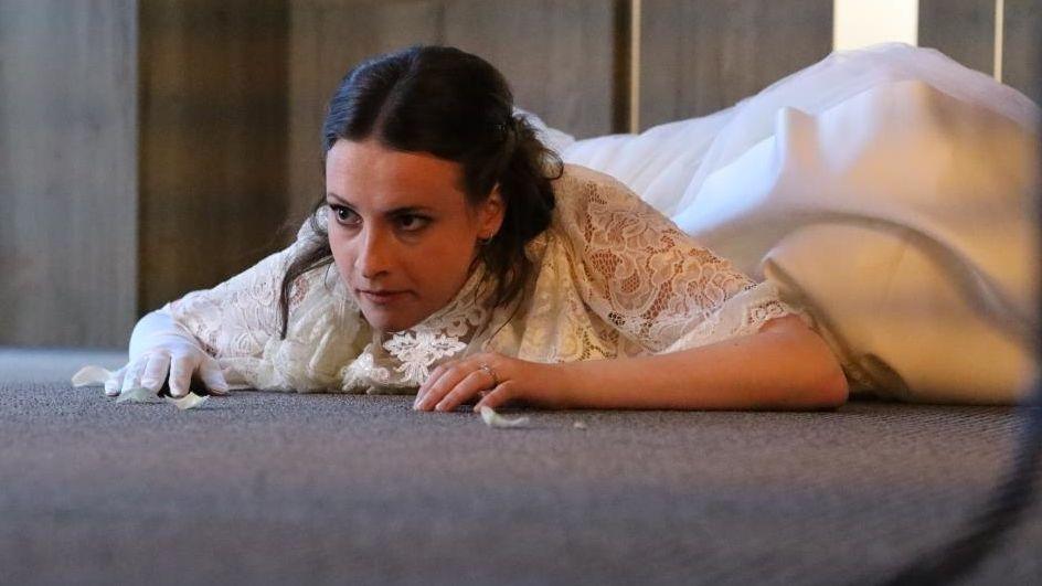 Hysterická matka Krobotová, nevěsta Fialová a ženich nikde