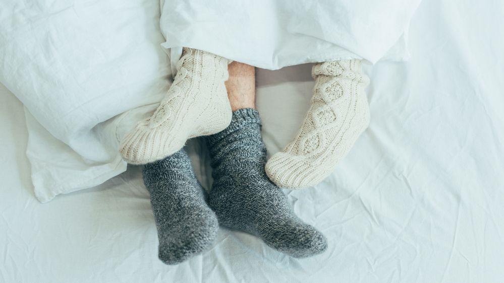 Proč je dobré spát každou noc v ponožkách